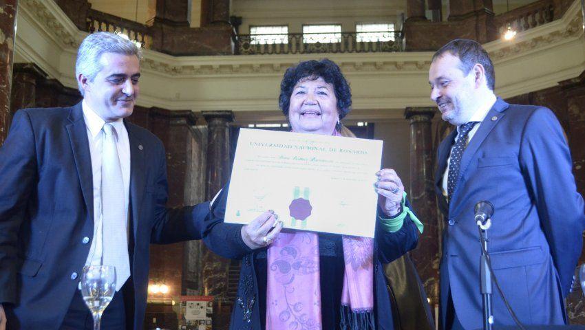 Dora Barrancos, junto al rector Franco Bartolacci y al decano Alejandro Vila ( Foto: portal de la UNR)