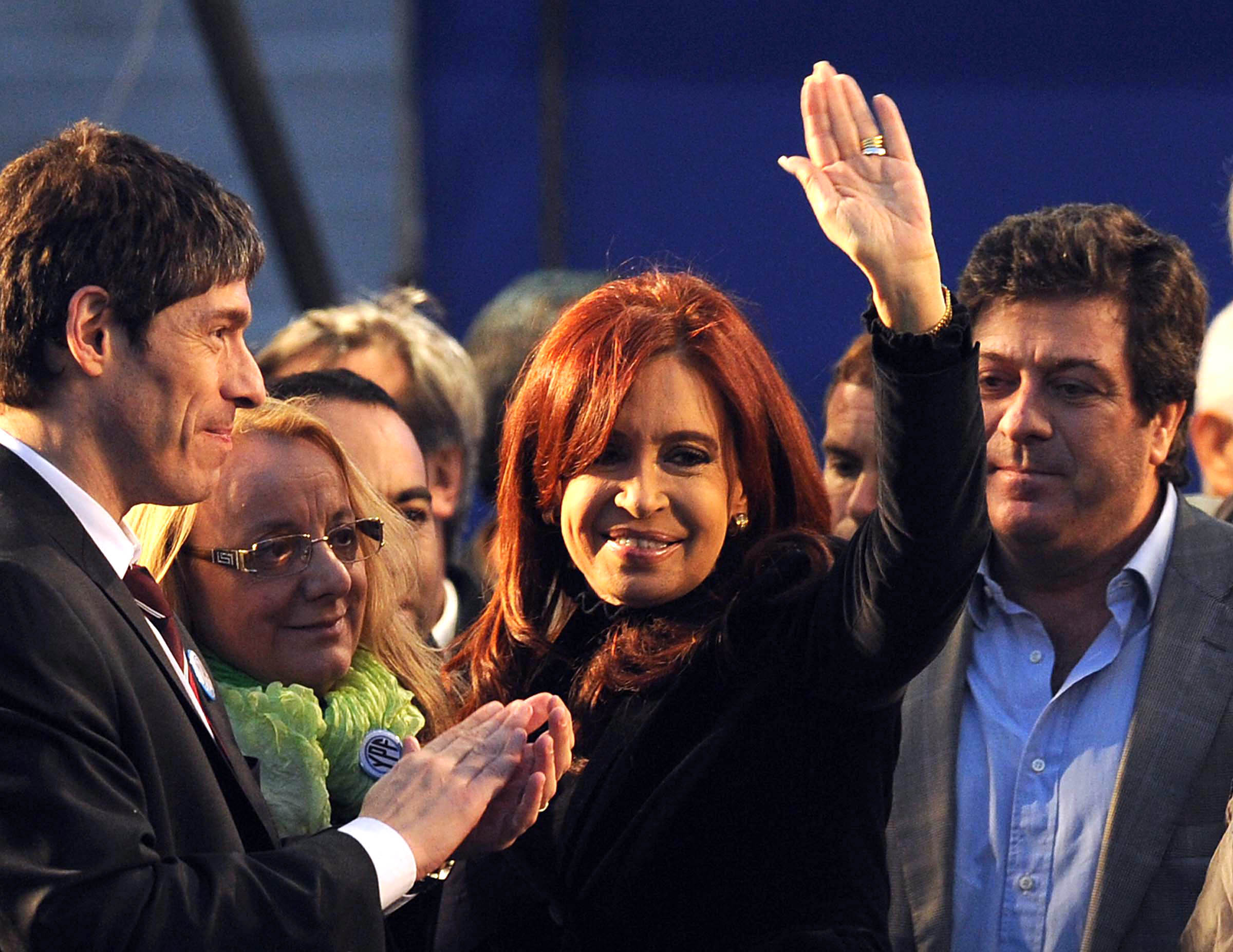 Cristina Fernández de Kirchner saluda